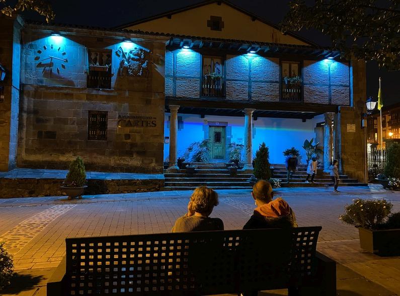 Cartes ilumina de nuevo de azul la fachada del Ayuntamiento por el día de la dislexia
