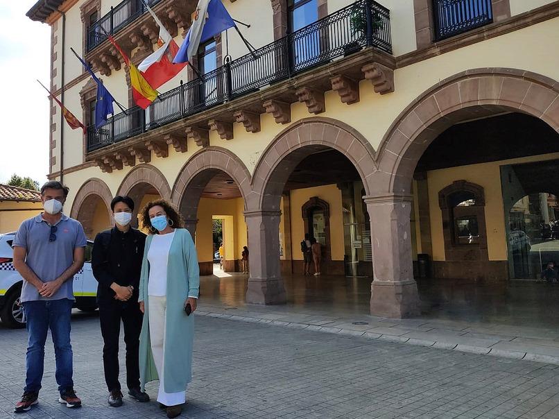 La alcaldesa, María Teresa Noceda Llano, junto al comisario de la Exposición de Arte Japonés, Kudo Shuhei, y el concejal de Cultura, Pedro Velarde - Comillas será la sede nacional del arte japonés del 15 al 31 de octubre