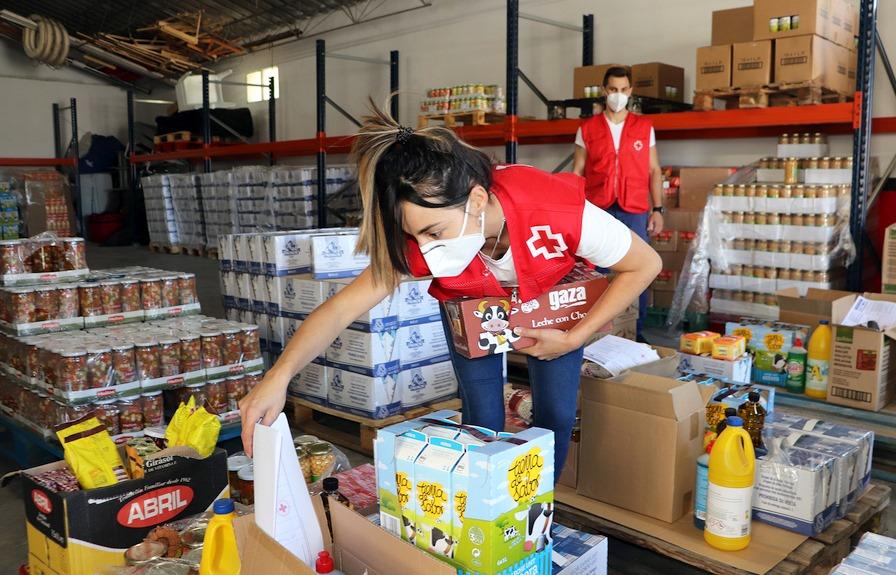 Cruz Roja y la Federación Española de Bancos de Alimentos reparten más de 171.000 kilos de alimentos a 5.500 personas en Cantabria