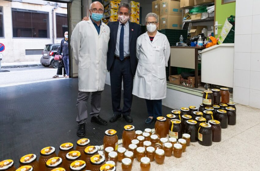 Revilla dona su peso en miel a la Cocina Económica